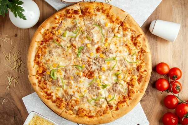 بيتزا باستخدام عجينة البيتزا الايطالية